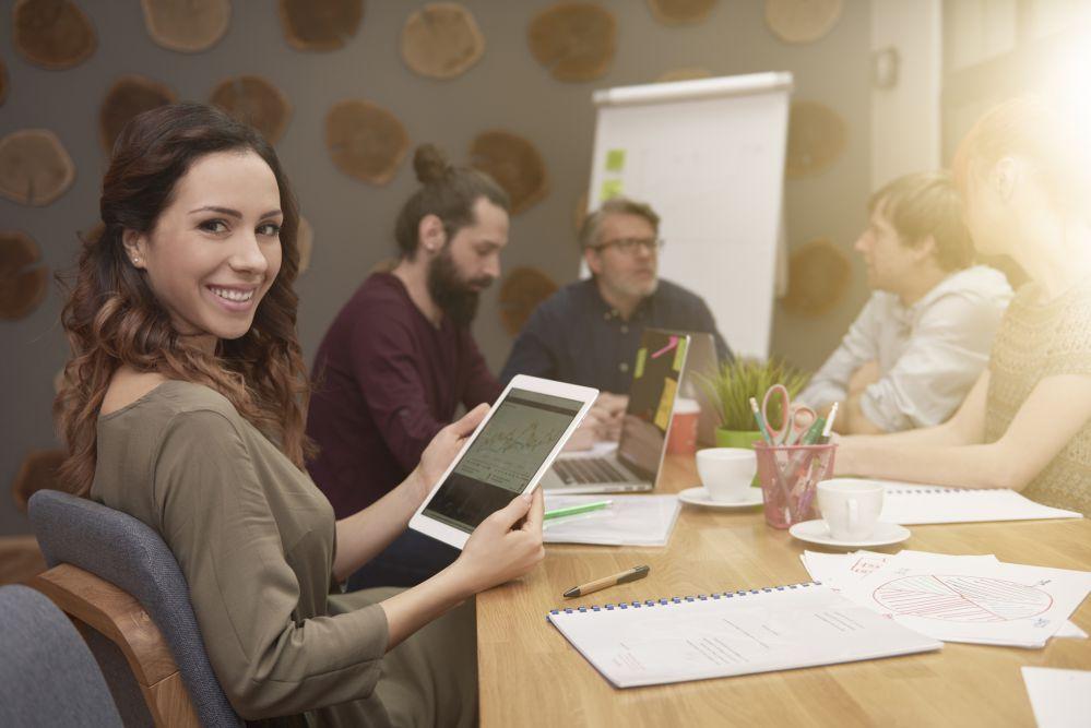 pessoas discutindo a estratégia de comunicação interna