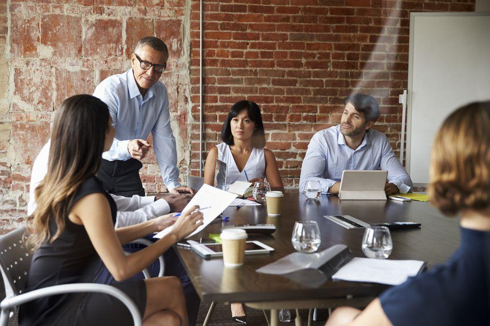 profissionais em uma sala de reunião